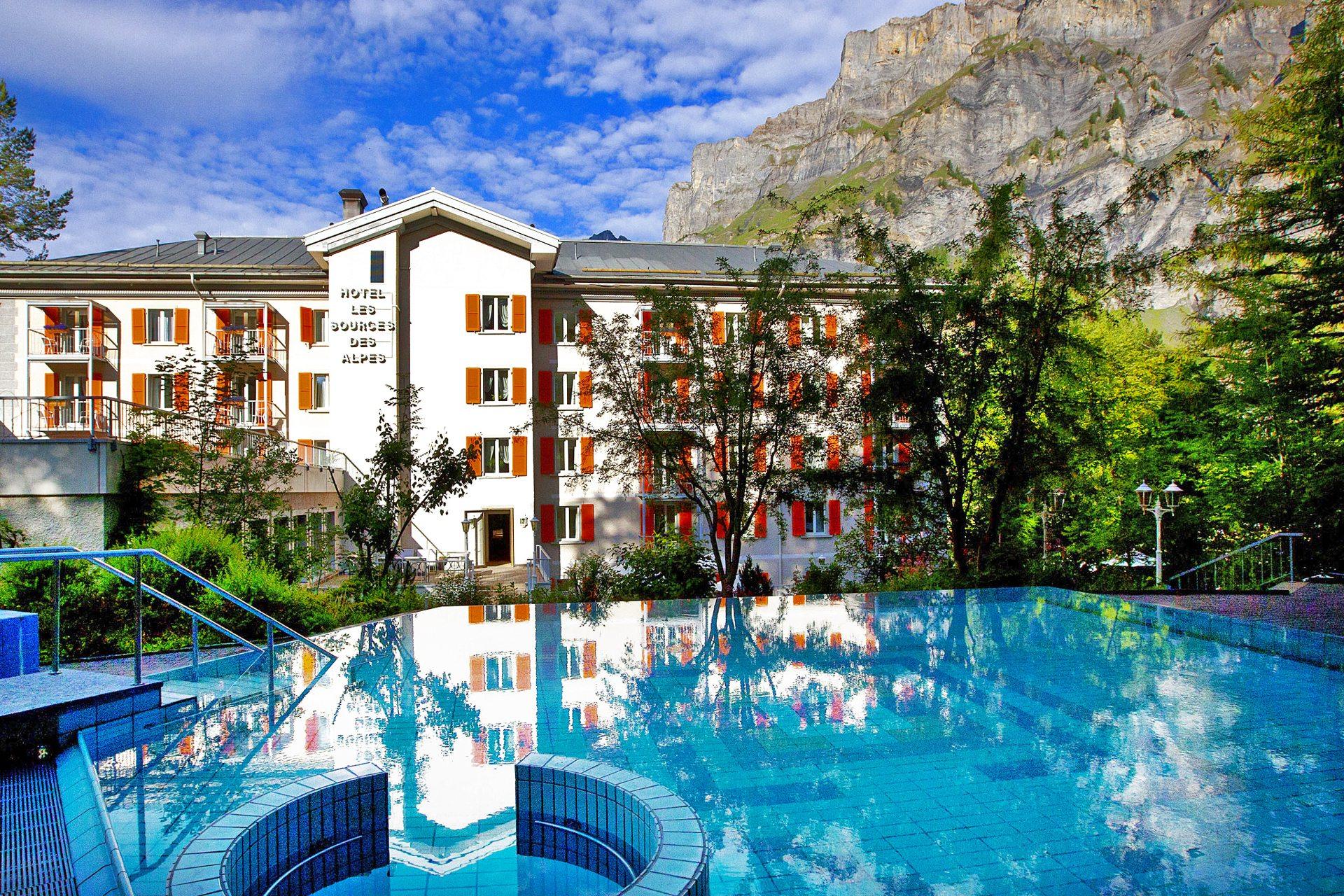 piscine-thermale-exterieure-hotel-sources-des-alpes